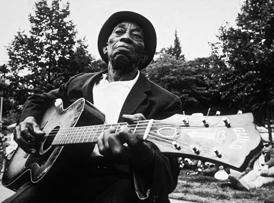Mississipi John Hurt playing guitar
